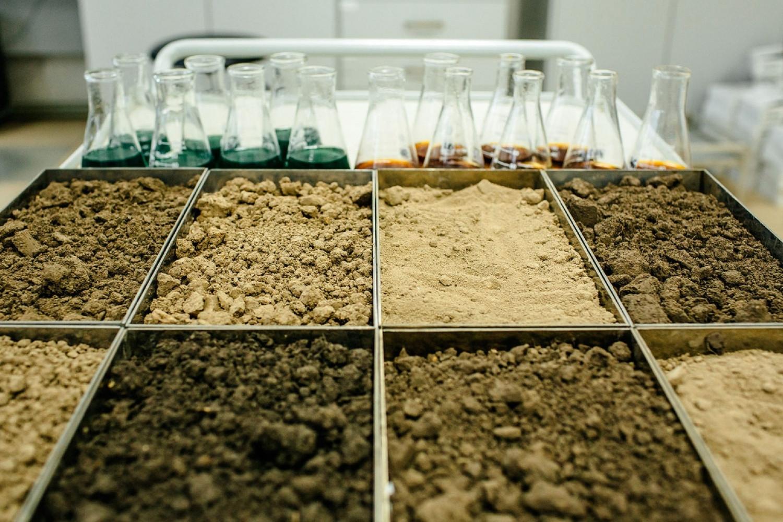 Химический анализ почв должен проводиться регулярно фото